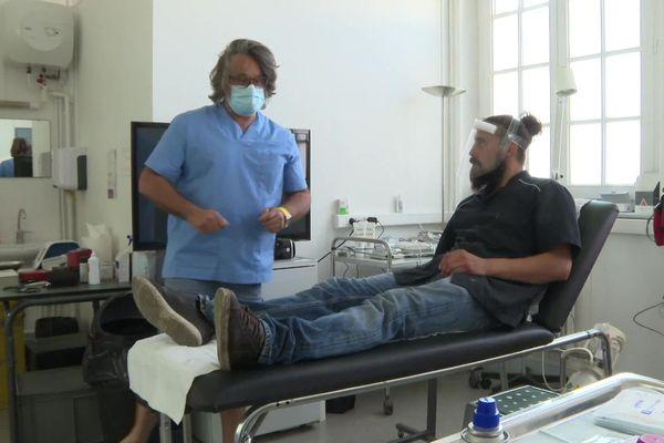 En prenant en charge ce boucher qui s'est entaillé la main, le docteur lui évite un trajet de 50 minutes vers les urgences les plus proches.