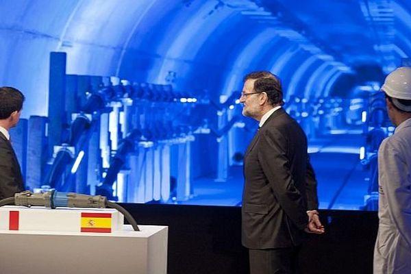 Montesquieu-des-Albères (Pyrénées-Orientales) - Manuel Valls et Mariano Rajoy devant le tunnel de la ligne électrique THT souterraine entre la France et l'Espagne - 20 février 2015.