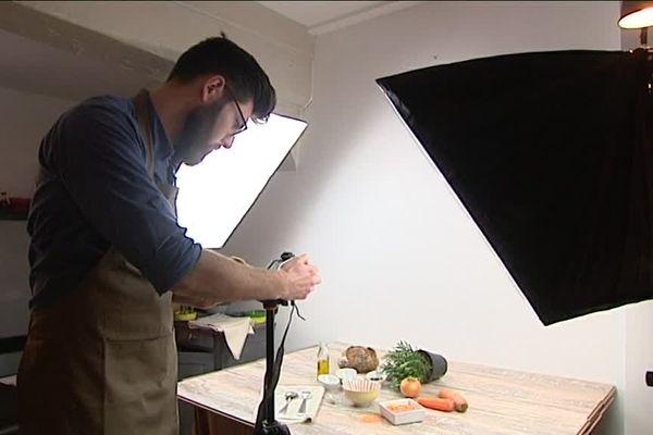 Antoine Mazy, co-fondateur du site Cookrs est en train de réaliser un shooting photo pour ses fiches recettes.