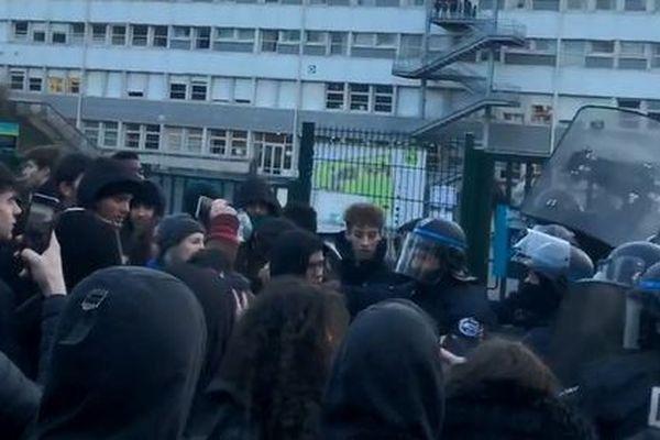 Des heurts entre policiers et élèves ont éclaté ce mardi 28 janvier devant le lycée Victor Hélène Basch de Rennes.