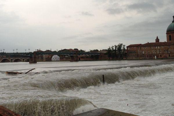 Les berges de la Daurade sont à sec mais le débit de la Garonne est important à Bazacle