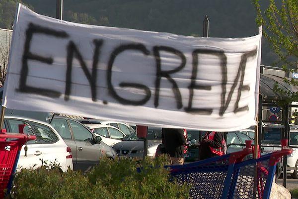 Des salariés de l'hypermarché Carrefour à Saint-Egrève, dans la métropole grenobloise, sont en grève ce samedi.