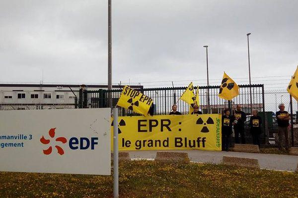 Les militants de Greenpeace devant l'EPR de Flamanville le 28 juin 2017