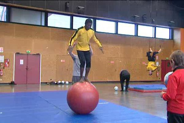Les gardiens de but du club de CFA2 Louhans-Cuiseaux travaillent leur équilibre en compagnie de Valentin Chevrot, initiateur aux arts du cirque