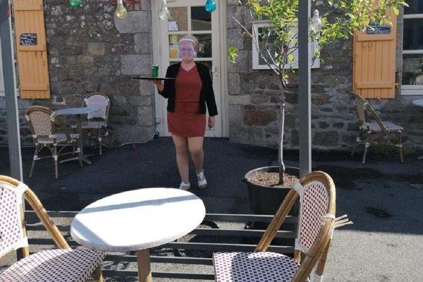 Derrière sa visière, Gaby , la patronne du Saint-Fiacre, peut afficher un large sourire