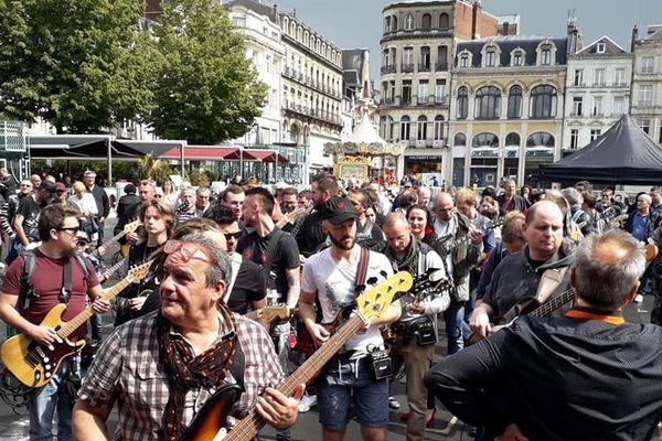 """Hommage à Johnny Halliday, 400 guitaristes vont tenter de jouer en même temps """"Toute la musique que j'aime"""" sur les Champs Elysées de Saint-Quentin dans l'Aisne."""
