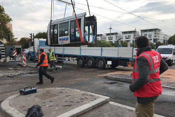 Lyon : un accident entre un tramway et une voiture fait deux blessés et occasionne des perturbations. La rame de tramway est en cours d'évacuation ce jeudi matin (1/10/20)