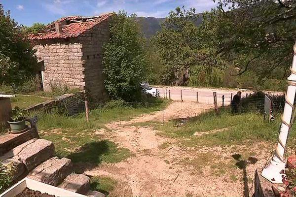 Le passage de la propriété de la famille des Pantalacci à Cozzano (Corse du Sud) est fermé par une double clôture.
