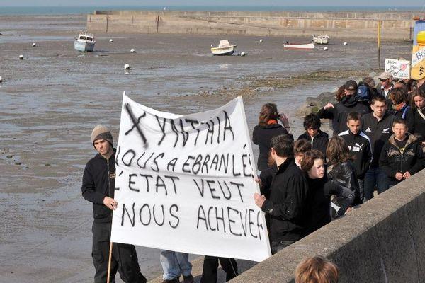 Le 11 avril 2010, les habitants des Boucholeurs, touché par les inondations provoquées par la tempête Xynthia, manifestent pour s'opposer à la destruction de leurs maisons.