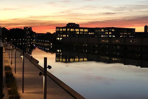 Creusé au début du XIXe siècle pour alimenter la capitale en eau potable, le canal de l'Ourcq a entamé sa mue à l'aube des années 2000.