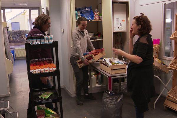 Une épicerie solidaire à Dijon, son fonctionnement repose entièrement sur les bénévoles