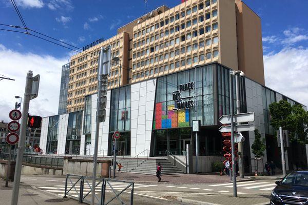 Lego à l'honneur aux Halles : une partie du bâtiment a été décorée avec des autocollants représentant des briques colorées.