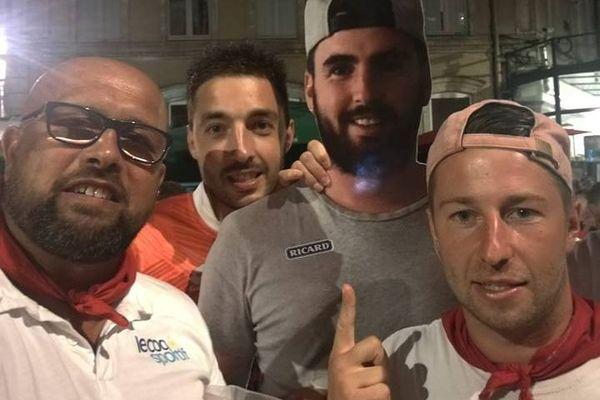 Bien entouré par ses amis, le Yannick en carton a pu profiter de son week-end à la feria de Dax.
