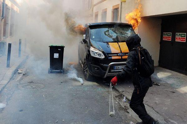 Les black Blocks auraient mis le feu à la camionnette stationnée dans la rue Bellegarde