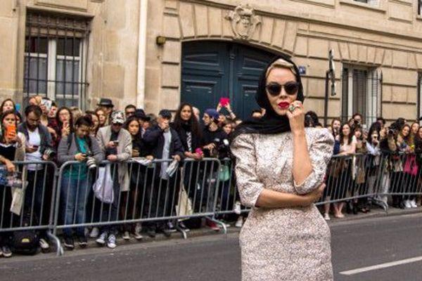 La russe Ulyana Sergeenko pose pendant la Fashion Week de Paris les 30 septembre 2016.