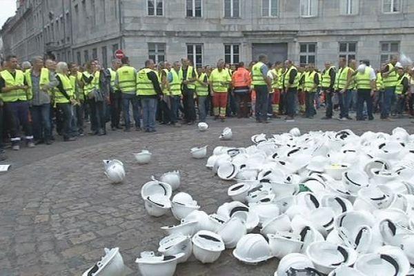 Les entrepreneurs ont jeté leurs casques devant la Préfecture