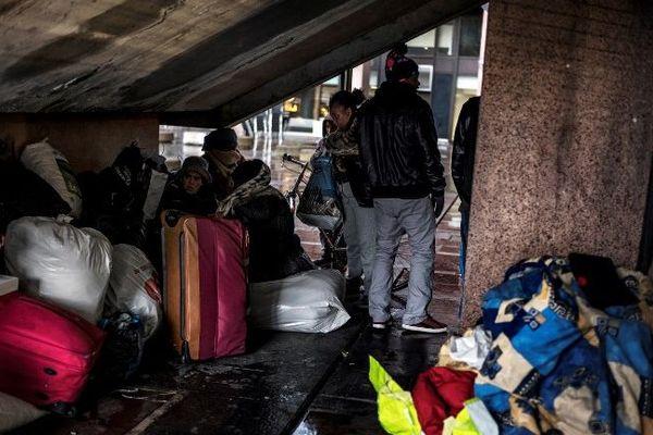 Des migrants se réfugient sous des escaliers pour passer la nuit à Lyon en novembre 2017.