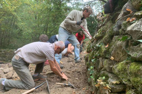 Une construction participative d'un muret en pierre-sèche au château du Pin à Fabras
