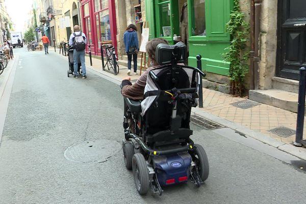 Lorsque régine Fuchsse déplace dans Bordeaux elle est souvent obligée de rouler sur la rue, les trottoirs étant trop petits et trop encombrés.