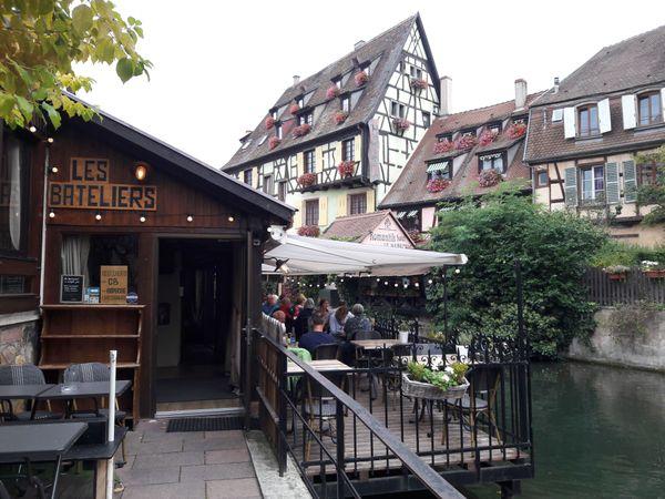 Les canaux de la petite Venise à Colmar, bordée de restaurants séduit les touristes