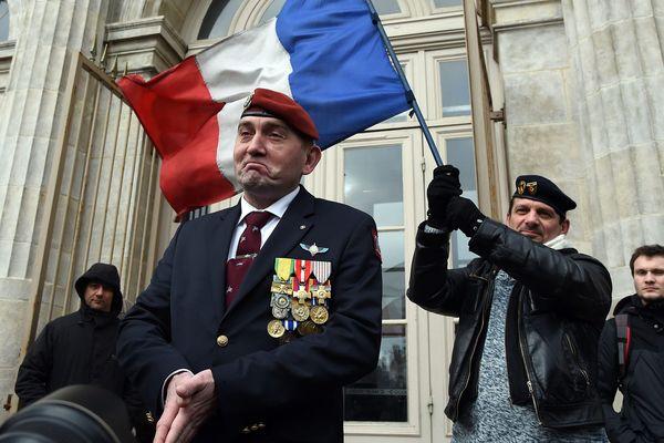 Des soutiens à Christian Piquemal le 8 février devant le palais de justice de Boulogne-sur-Mer, où l'ancien général aurait dû comparaître.