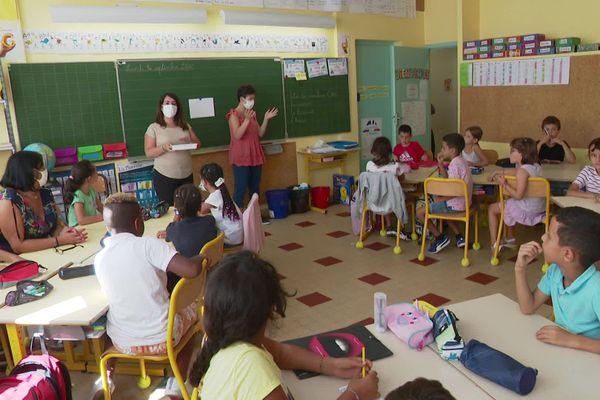 A Nice, les enfants malentendants de l'école élémentaire Jean-François Knecht sont assistés par une interprète en langue des signes.