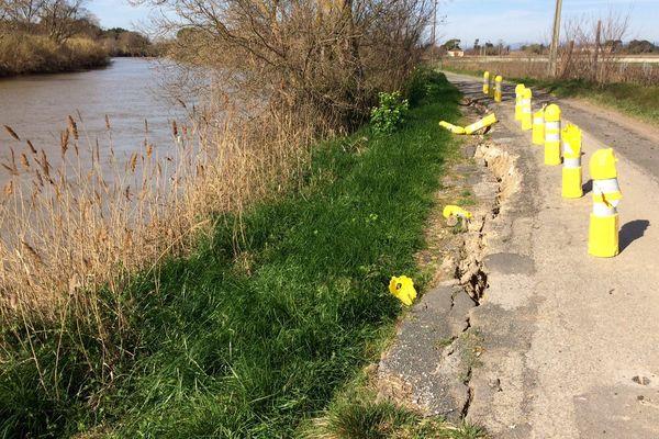 Depuis quelques mois la petite route de Fleury d'Aude, située et dans l'Aude et dans l'Hérault, s'écroule, sapée par le fleuve qu'elle longe et personne ne veut la réparer - 9 mars 2017