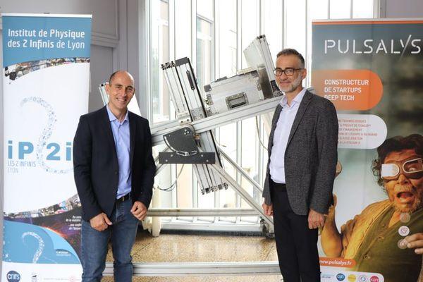 Une association de deux hommes, à l'origine de la 100 ème start-up lancée par l'incubateur Pulsalys : le chercheur Jacques Marteau et le CEO Christophe Pichol-Thievend unis dans l'aventure de la start-up Muodim, devant leur détecteur de particules très innovant