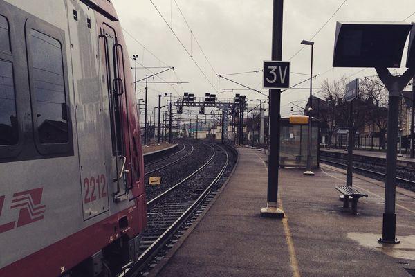 Le TER Luxembourg-Nancy bloqué en gare de Pagny-sur-Moselle en raison d'une panne sur le poste d'aiguillage, dimanche 29 mars 2015.