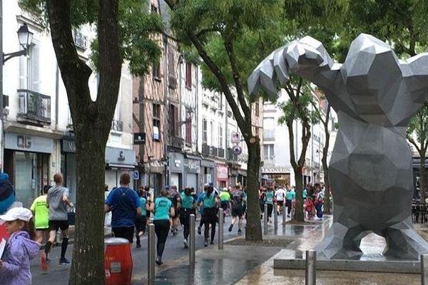 En fin de parcours, les coureurs des 10km de Tours sont passés par la place du Monstre