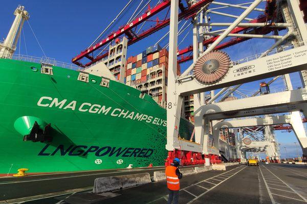 Son moteur fonctionne au gaz naturel liquéfié : un carburant très rare pour des navires de cette taille.