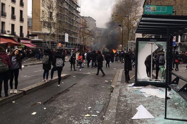 """Des centaines de jeunes manifestent dans le sillage des """"gilets jaunes"""" à Aubervilliers."""