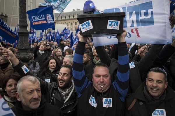 7.000 policiers ont manifesté devant le ministère de la Justice, place Vendôme, à Paris, le 14 octobre.