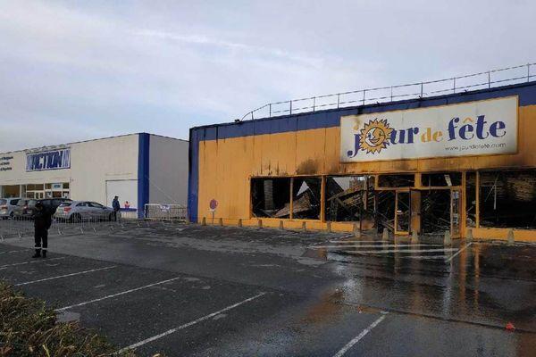 Le magasin Jour de fête, au lendemain de l'incendie, à Cormontreuil.