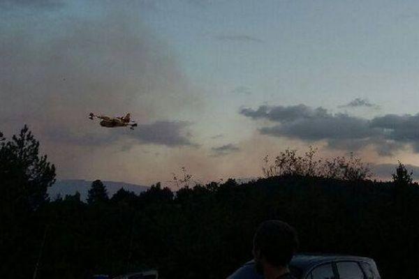 Un incendie s'est déclaré dans une forêt de pins en milieu d'après-midi ce mercredi 3 octobre sur les hauteurs de Sainte Enimie dans les gorges du Tarn.