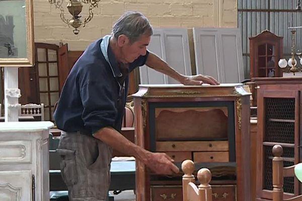 Gilbert Ragot a fourni des meubles pour la série pendant ses 15 ans d'existence.