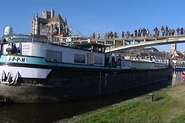 Le sapin coupé dans le Morvan a rejoint le port d'Auxerre en camion.