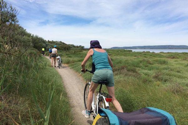 Le vélo est l'un des moyens de locomotion privilégié pour profiter des vacances cet été. Il permet de profiter du plein air tout en respectant les distances entre individus après la crise sanitaire du coronavirus du printemps 2020.