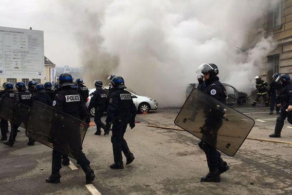 """Voiture en feu près de l'hôtel de ville d'Evreux lors d'une manifestation régionale de """"gilets jaunes"""" le samedi 26 janvier 2019"""
