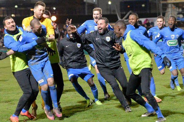La joie des joueurs de l'US Avranches après avoir décroché leur qualification pour les quarts de finale de la Coupe de France