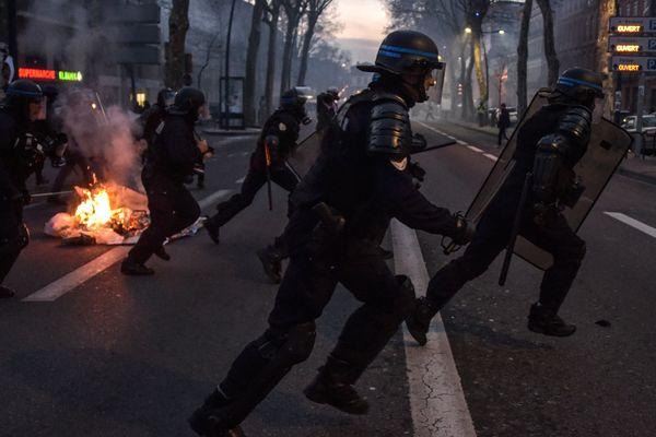 Des policiers chargeant des manifestants le 19 janvier à Toulouse