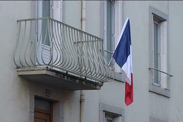 Alors que l'hommage national se déroulait vendredi matin aux Invalides à Paris, de nombreux Auvergnats ont répondu à l'appel du chef de l'Etat avec des drapeaux à leurs fenêtres.