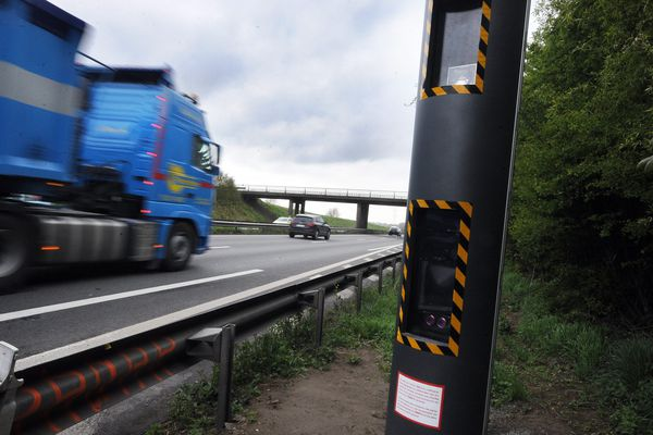 """Le premier radar discriminant mis en service sur l'autoroute A25 Lille-Dunkerque à hauteur de la commune d'Ennetieres-en-Weppes. Par discriminant, la préfécture entend """"radar equipé d'un module distinguant les véhicules légers et les véhicules lourds""""."""