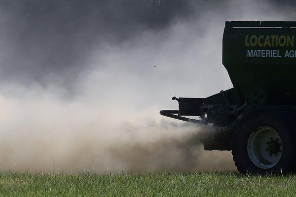Le gouvernement lance, lundi 9 septembre, la consultation sur les distances minimales à respecter entre habitations et zones d'épandage de pesticides