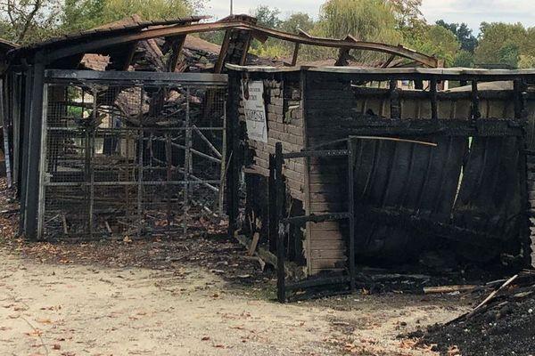 Le hangar du club nautique d'Aubeterre en Charente a été complètement détruit par les flammes.