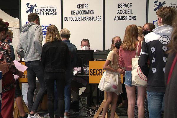 63,4% de la population de l'agglomération du Touquet a reçu une première injection. Le centre de vaccination de la ville ne désemplit pas en cette période de vacances.
