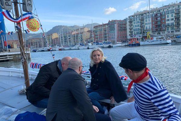 Marine Le Pen à Nice traverse le port.