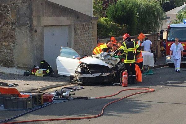 Les pompiers ont dû retirer le toit de cette Audi pour désincarcérer la conductrice / Floing, 4 août 2018