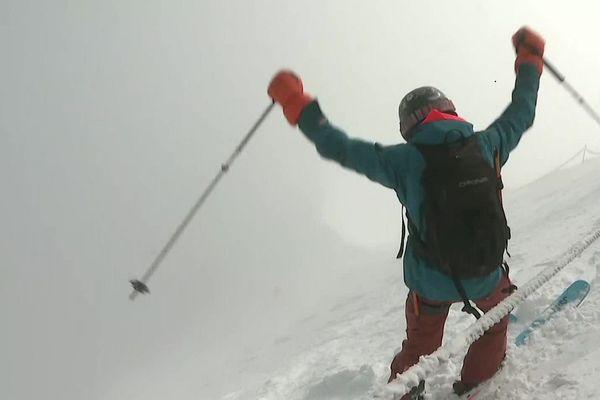 Un skieur sur les pentes de l'Aiguille du Midi, le jour de la réouverture du télécabine le 19 mai 2021.