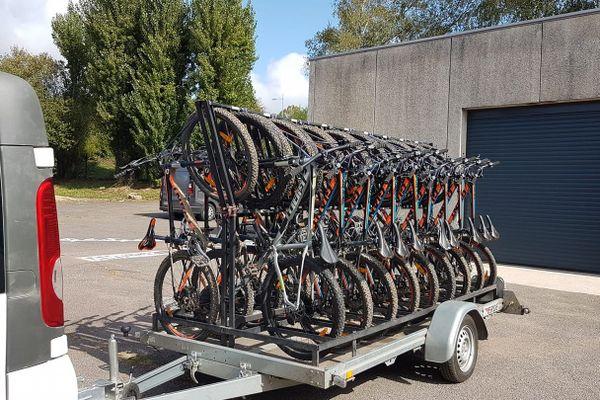 Les vélos étaient rangés dans un local à l'intérieur du collège.